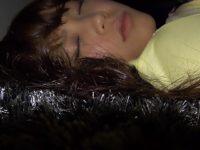 【無修正】エロい下着のパイパン娘が寝ていたので勝手に中出ししたったw