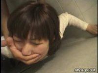 【無修正】素人娘を公衆トイレで声殺し立ちバックハメ!!