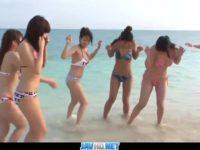 【無修正】巨乳ビキニ娘達とビーチで大乱交!!所構わずハメまくり!!