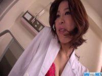 【無修正】スケベ女医がペニバンで患者を掘ってるwww