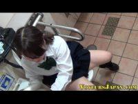 【無修正】スマホでエロ動画見ながら公衆トイレでオナニーするJK!!