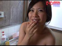 【無修正】素人巨乳美少女がお風呂場で丁寧なフェラチオ