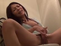 【無修正】派手なパンティーの人妻がトイレで激しく指入れオナニーして潮を噴いてイキ果てる