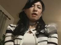 【無修正】我慢できず騎乗位で挿れちゃう美熟女がハメ潮噴射!中条さん